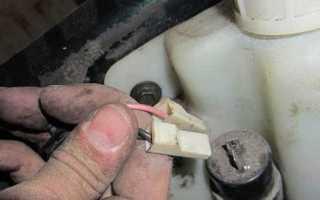 Как снять бачок омывателя приора